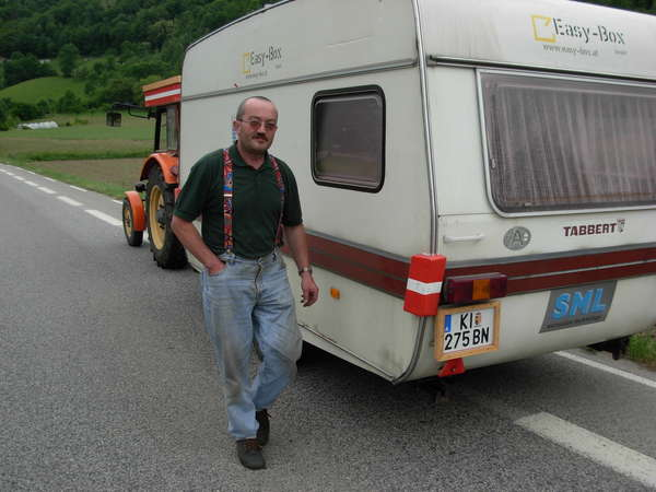 fichier 20080525_1641_001d925_route_autriche_st_jacques_compostelle_tracteur_caravanne_pollution-0.jpg